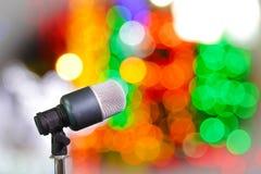Mikrofon på etappwhitbokeh Fotografering för Bildbyråer