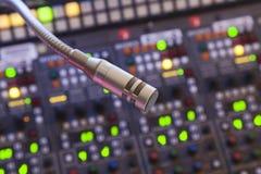 Mikrofon på kontrollbordet Arkivfoton