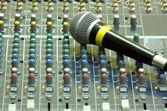 Mikrofon på solid blandare Royaltyfri Bild