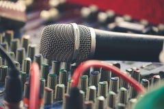 Mikrofon på solid kontroll Arkivfoton