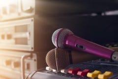 Mikrofon på solid kontroll in i kulisserna av konserten Royaltyfri Fotografi