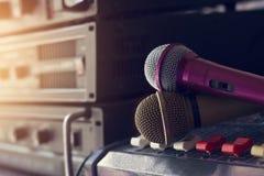 Mikrofon på solid kontroll in i kulisserna av konserten Royaltyfri Bild