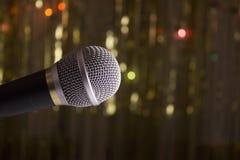 Mikrofon på suddig bakgrund Arkivbild