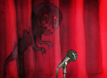 Mikrofon przeciw sceny czerwonej zasłonie z frightfull cieniem Obrazy Stock