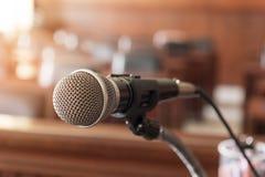 mikrofon, stół i krzesło w sala sądowej, zdjęcie stock
