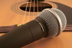 Mikrofon und Gitarre stockbilder