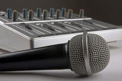 Mikrofon und Mischer Stockfotos