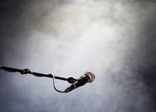 Mikrofon und Rauch Stockfoto