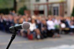 Mikrofon und Stand vor Graduierungsfeierpublikum AG lizenzfreie stockfotos