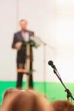 Mikrofon w sala z ostrości sterczenia i obrazy stock