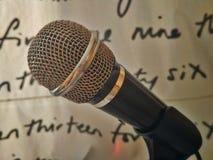 Mikrofon z artystycznym tłem Zdjęcia Stock