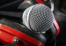 Mikrofon zwischen roten Kopfhörern, Nahaufnahme Lizenzfreies Stockbild