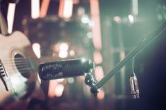Mikrofonanslutningar för att anteckna närbild för akustisk gitarr, i en inspelningstudio eller en konserthall fotografering för bildbyråer