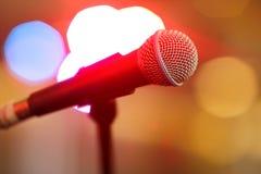 Mikrofonen arrangerar på Fotografering för Bildbyråer