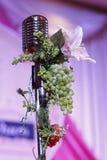 Mikrofonen arrangerar på Royaltyfria Bilder