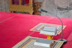 Mikrofonen för folk ber i kyrka arkivfoton