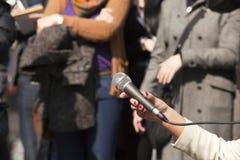 Mikrofonen i kvinna räcker Royaltyfri Fotografi