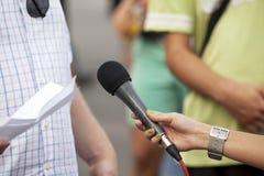 Mikrofonen i kvinna räcker Royaltyfri Bild