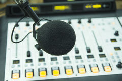 Mikrofonen i radiostudion Fotografering för Bildbyråer