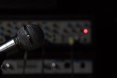 Mikrofonen i studion Royaltyfri Foto