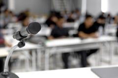 Mikrofonen lokaliseras på den vita konferensmötesrumnollan royaltyfria foton