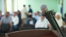 Mikrofonen på ställning av folkmassan av islamiskt folk på masssamlar framme stock video