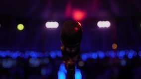 Mikrofonen på ställningen står på etappen, närbildmikrofon på bakgrunden av salongen, arkivfilmer
