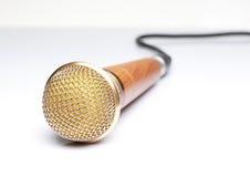 Mikrofonen på vit däckar Royaltyfri Foto
