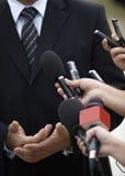 mikrofoner för möte för affärskonferensjournalistik Fotografering för Bildbyråer