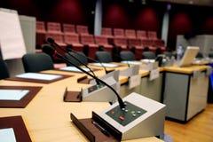 Mikrofoner i konferensrummet Arkivfoto