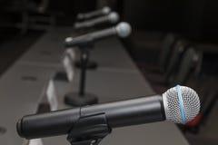 Mikrofoner i presskonferensrum Arkivfoto