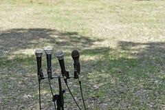 Mikrofoner mot gräsbakgrund Arkivbild