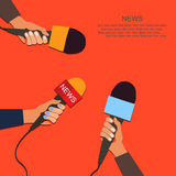 Mikrofoner och stämmaregistreringsapparat i händer av reporter på presskonferens eller intervju Arkivbild