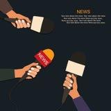 Mikrofoner och stämmaregistreringsapparat i händer av reporter på presskonferens eller intervju Journalistikbegrepp Arkivfoto