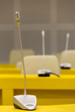 Mikrofoner på stolarna för konferenstabell och kontorsi mötesrum Arkivbilder