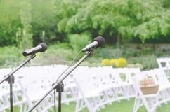Mikrofoner som förbiser bröllopläge Royaltyfri Foto