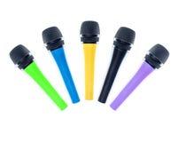 Mikrofoner som isoleras på den vita bakgrunden Arkivfoton