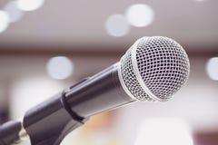 Mikrofoner som sjunger på etapp i svart färg Arkivfoto