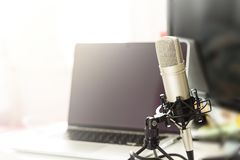 Mikrofonkondensator för att anteckna musik och vocals arkivbild