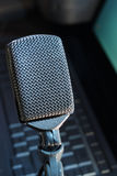 mikrofonpodcastvertical Arkivfoto