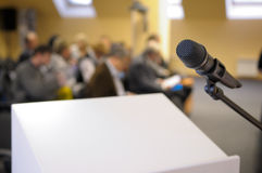 Mikrofonstandplatz bei der Konferenz. Stockbilder