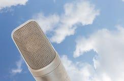 Mikrofonu kondensator na niebo chmurze tło zdjęcia stock