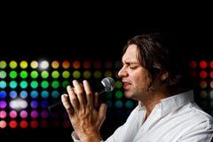 mikrofonu męski piosenkarz Zdjęcia Royalty Free