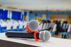 mikrofonu radio dwa Zamknięty up w konferencyjnym seminaryjnym pokoju z kopii przestrzenią dodaje tekst: Wybrana ostrość z płytką Obrazy Stock