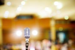 Mikrofonu rocznika styl w filharmonii, konferencja lub pokój konferencyjny obraz royalty free