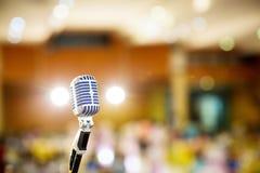 Mikrofonu rocznika styl w filharmonii, konferencja lub pokój konferencyjny fotografia royalty free