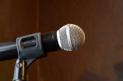 Mikrofonu strzału zakończenie jest na mikrofonu stojaku Zdjęcia Stock
