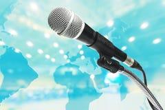 Mikrofonu tło jest pokojami konferencyjnymi Zdjęcie Stock