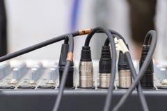 Mikrofonxrlkontaktdon pluged i en ljudsignal blandande konsol Royaltyfria Foton