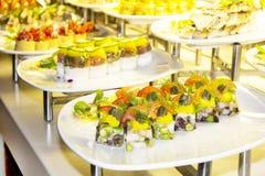 Mikroküche, kleine canapés von verschiedenen Produkten und vegetabl lizenzfreie stockfotos